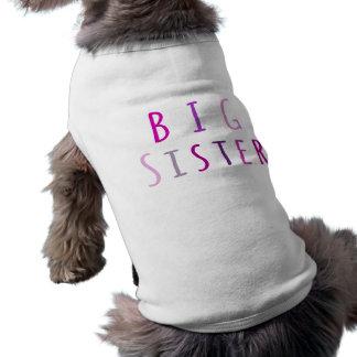 Grande soeur dans le rose t-shirt pour chien