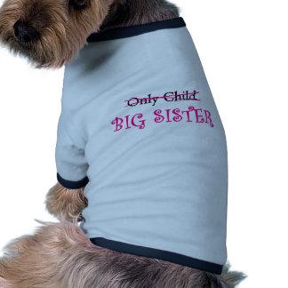 Grande soeur drôle dans le rose t-shirt ringer pour chien