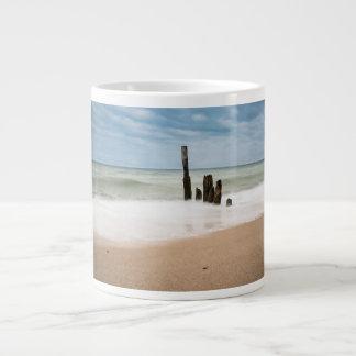 Grande Tasse Brise-lames sur le rivage de la mer baltique