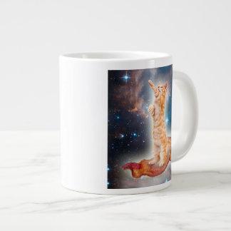 Grande Tasse Chat surfant de lard dans l'univers