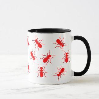 Grande tasse de bande dessinée d'essaim de fourmis