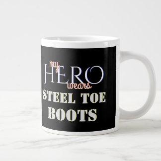 Grande Tasse Mon héros porte les bottes en acier de sécurité