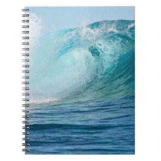 Grande vague de l'océan pacifique cassant le carnet à spirale
