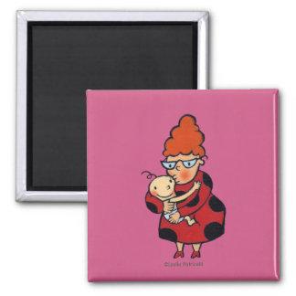 Grandes étreintes de bonjour de tante en rouge aimant