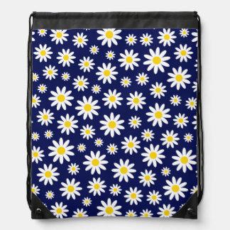 Grandes marguerites blanches sur le sac à dos de