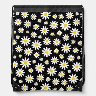 Grandes marguerites blanches sur le sac à dos noir