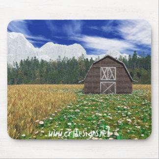 Grange dans le domaine de blé tapis de souris