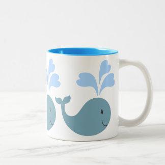 Graphique mignon de motif de baleines bleues mug bicolore