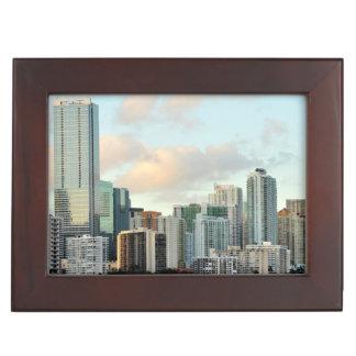 Gratte-ciel de Miami contre le ciel clair large Boîtes À Souvenirs