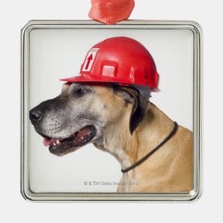 Great dane portant un casque rouge de construction ornement carré argenté