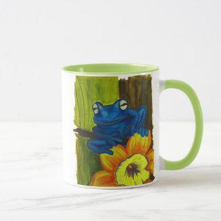 Grenouille bleue détendant sur la branche de fleur mug