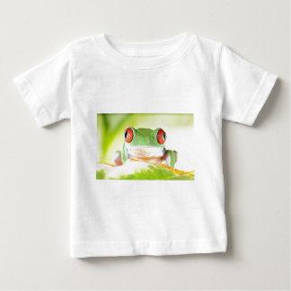 grenouille d'arbre observée par rouge t-shirt pour bébé