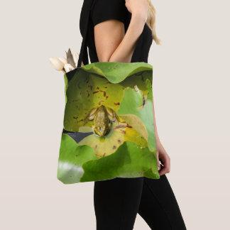 Grenouille sur le sac fourre-tout à nénuphars