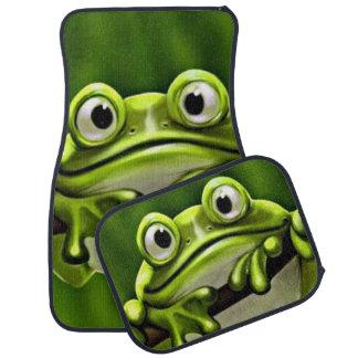 Grenouille verte mignonne drôle adorable dans tapis de sol