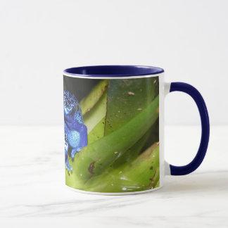 Grenouilles bleues de dard de poison dans la mug