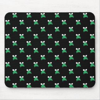 Grenouilles vertes sur le tapis de souris noir