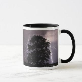 Grèves surprise dans le ciel derrière un arbre mug