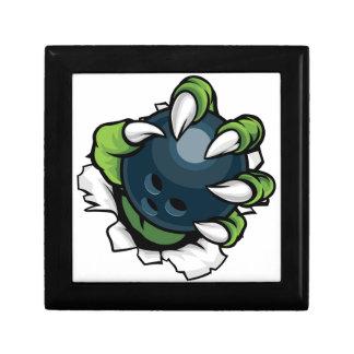Griffe animale de monstre tenant la boule de petite boîte à bijoux carrée