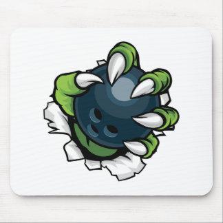 Griffe animale de monstre tenant la boule de tapis de souris