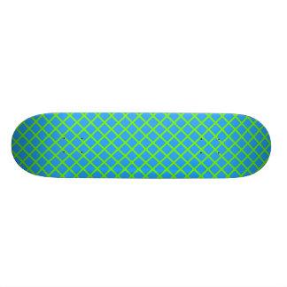 Grille verte de Fluo sur la planche à roulettes Planches À Roulettes