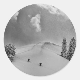 Grimpeurs de ski de Backcountry dans la poudre Sticker Rond