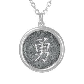 Gris courageux de kanji pendentif rond