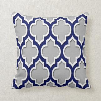 Gris, Marocain blanc Quatrefoil #4DS de bleu Coussin