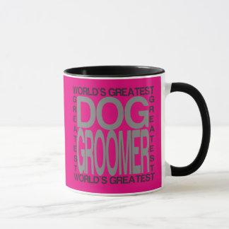 Groomer du plus grand chien des mondes tasse