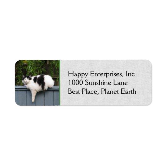 Gros chat sur la barrière étiquette d'adresse retour