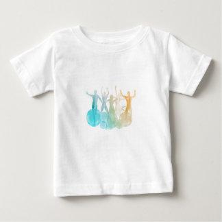 Groupe d'amis sautant pour la joie dans t-shirt pour bébé