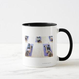 Groupe de femme s'étirant sur des tapis dans un mug