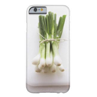 Groupe d'oignons de ressort sur le hachoir blanc coque iPhone 6 barely there