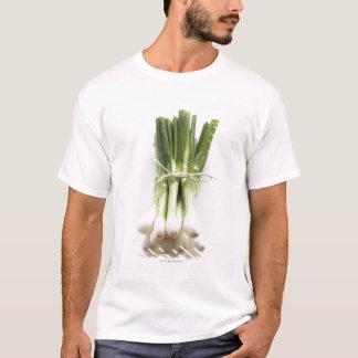Groupe d'oignons de ressort sur le hachoir blanc t-shirt