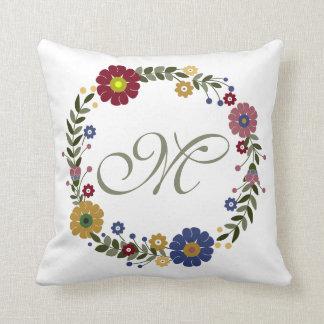 Guirlande florale simple et initiale décorée d'un coussin
