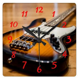 Guitare basse horloge carrée