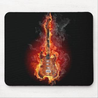 Guitare flamboyante de roche tapis de souris