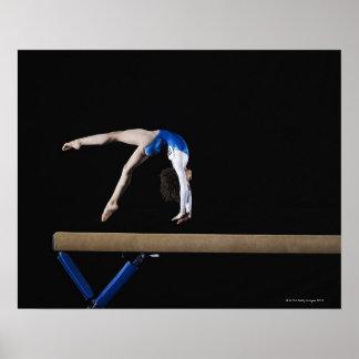 Gymnaste (9-10) renversant sur le faisceau d'équil affiches