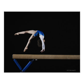 Gymnaste (9-10) renversant sur le faisceau posters