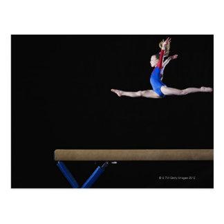 Gymnaste (9-10) sautant sur le faisceau carte postale