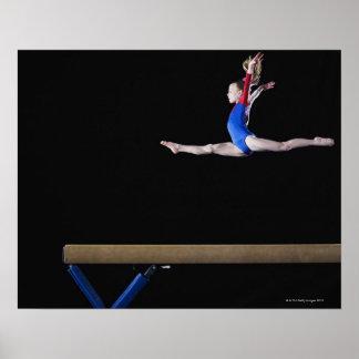 Gymnaste (9-10) sautant sur le faisceau d'équilibr affiche
