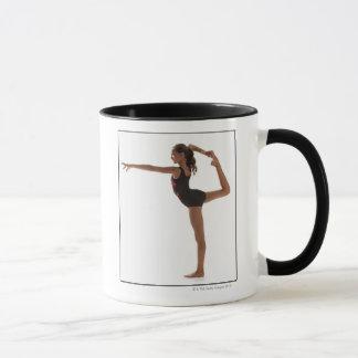 Gymnaste féminin (12-13) équilibrant sur une jambe mug