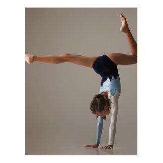 Gymnaste féminin (12-13) exécutant l'appui cartes postales