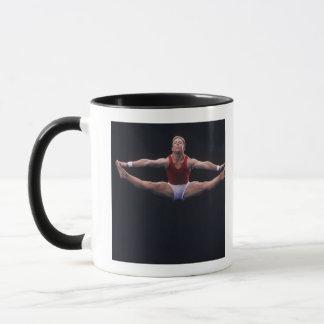 Gymnaste masculin exécutant sur l'exercice de mug