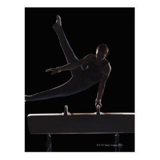 Gymnaste masculin sur le cheval de pommeau carte postale