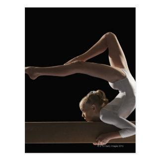 Gymnaste sur le faisceau d'équilibre carte postale