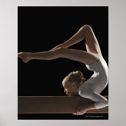 Gymnaste sur le faisceau d'équilibre posters