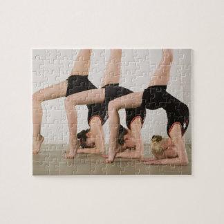 Gymnastes posant upside-down puzzle