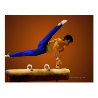 Gymnastique de pratique de jeune homme sur le carte postale