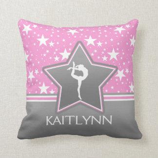 Gymnastique parmi les étoiles dans le rose avec coussin