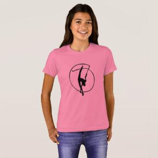 Gymnastique rythmique avec le T-shirt de la fille